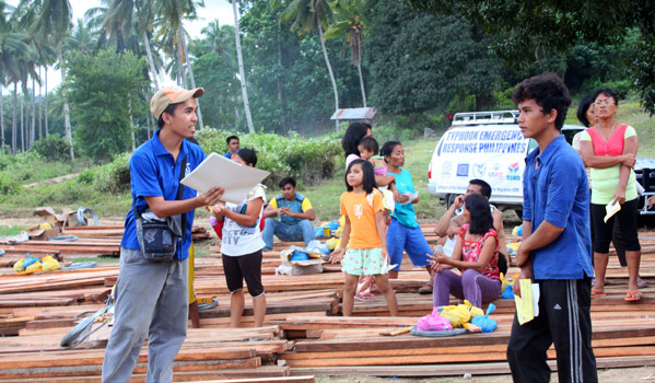 IOM distributes shelter repair kits to flood affected families in Cagayan de Oro. © IOM 2011 (Photo by: Friena Guerrero)