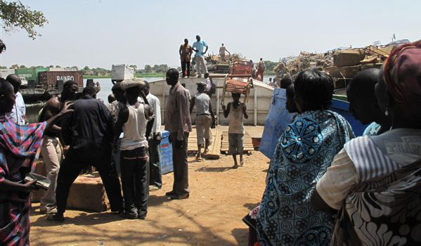South Sudanese returnees unload their belongings at Juba port. The Republic of Sudan issued an April 8th deadline for an estimated 500,000 Southern Sudanese to choose between returning home from the Republic of Sudan and staying on in the north. © IOM 2012