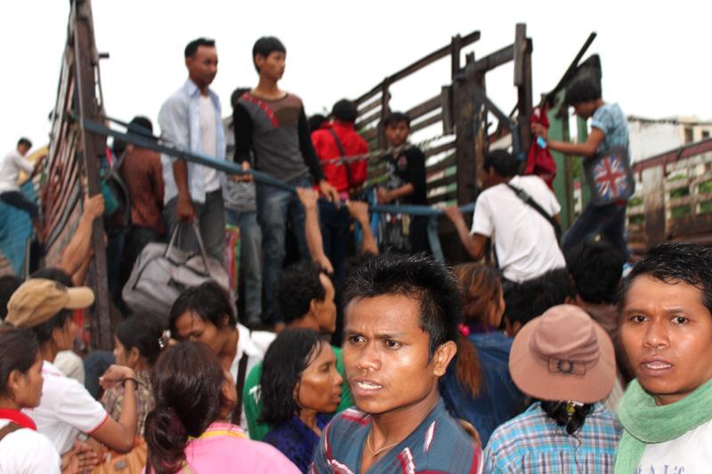 Returning Cambodian migrants disembark at Poi Pet border crossing, Cambodia. © IOM 2014 (Photo by Joe Lowry)