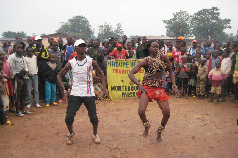 IOM's EU-funded Community Stabilization project and the Association Nationale des Comediens organized a day of traditional dance, a football match, and a community theatre performance on 13 August 2014 in the fifth district of Bangui. © IOM 2014 (Photo by Nina Papachristou)