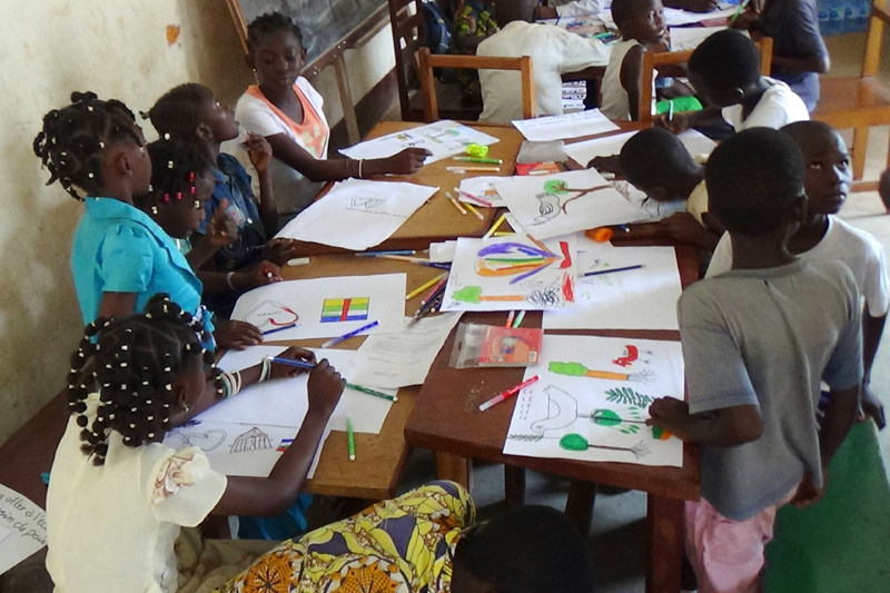 30 children attended a week-long painting workshop organized by the Maison des Jeunes in Bangui's fifth district. IOM supplied the drawing materials and asked four local artists to participate in the workshop and help the children draw and paint what peace meant to them. © IOM 2014 (Photo by Nina Papachristou)