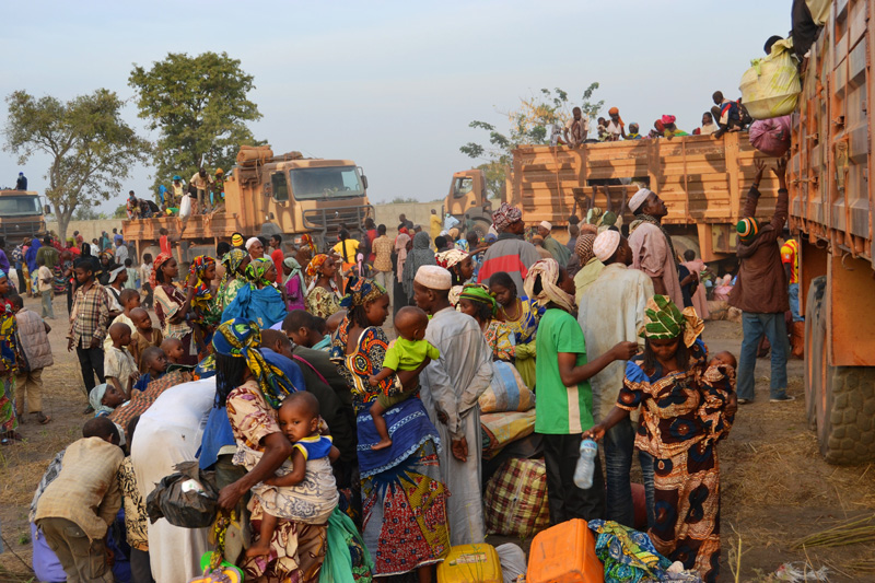 A high number of women and children in a large group of returnees arriving in Doyaba TC, Sarh. © IOM 2014 (Photo by Craig Murphy)