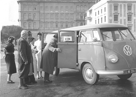 Arrival of the ICEM-Flying Team outside ICEM headquarters, Vienna. Photo © IOM 1957 – HAT0200