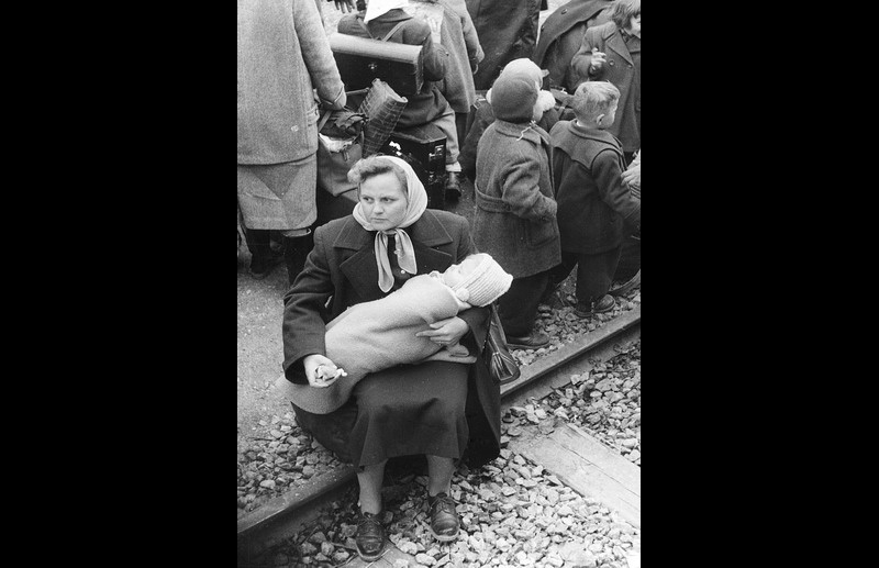 Hungarian refugees wait for train transport to Switzerland. Photo © Franz Fink 1957 – HAT0379