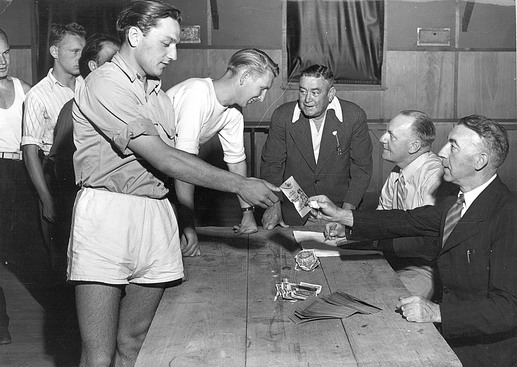 Newly arrived refugees receive pocket money from camp administrators to help pay for basic personal necessities. Photo © IOM 1958 – HAT0087