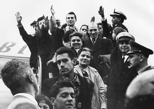 Hungarian refugees greet welcoming crowd at Techno Airport, Bogota. Over 15,000 people are there to welcome the new arrivals. Photo © Dinape 1957 – HCO0012
