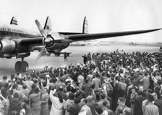 The Aviance lands in Bogota. A crowd of around 15,000 people are there to welcome the arrival of the Hungarian refugees. Photo © IOM 1957 – HCO0010