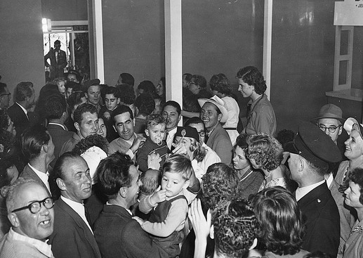 The first batch of 90Hungarian refugees arrive at Sydney Airport by QANTAS Super Constellation. 2500 supporters and well wishes welcomed the migrants to Australia. Photo © Australian Official Photograph 1956 – HAU0305 – T. Hood
