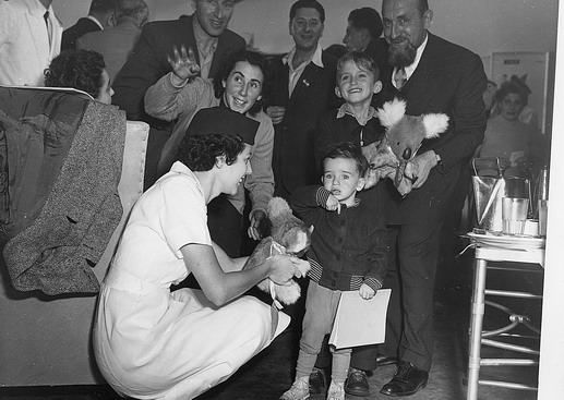 The first batch of 90 Hungarian refugees arrives at Sydney Airport by QANTAS Super Constellation. 2500 supporters and well wishes welcomed the migrants to Australia will give permanent sanctuary to 500 Hungarian instead of 3000 as originally planned. Photo © Australian Official Photograph 1956 – HAU0309 – T. Hood