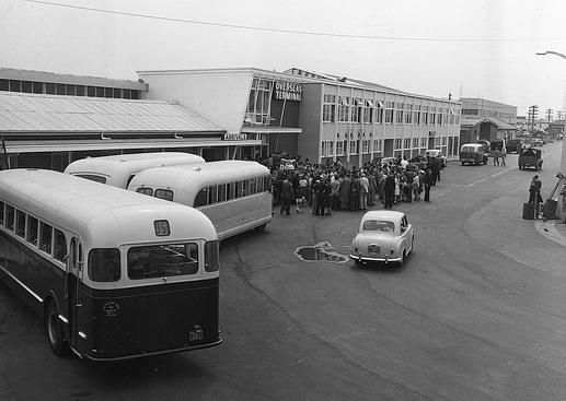 The first batch of 90 Hungarian refugees arrive at Sydney Airport by QANTAS Super Constellation. ICEM chartered buses will take the migrants to Scheyville. Photo © Australian Official Photograph 1956 – HAU0301 – T. Hood