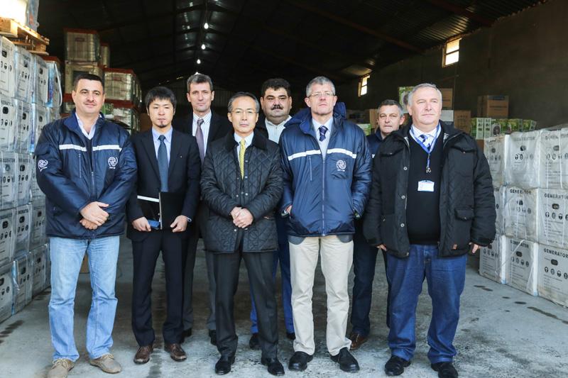 El 16 de enero de este año, el Embajador del Japón ante el Iraq, Excmo. Sr. Masato Takaoka, y el Sr. Takashi Matsumoto, de la Sección de Cooperación Económica de la Embajada del Japón en Bagdad, efectuaron una visita, en compañía de altos funcionarios de la OIM, al almacén central de la Organización en el Iraq, así como al campamento de Basirma para refugiados sirios establecido en la provincia de Erbil, en la región septentrional del país. © OIM 2014
