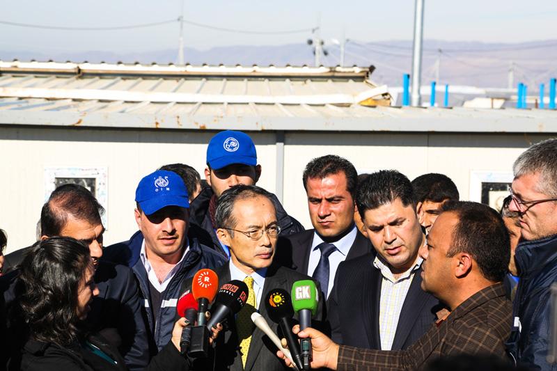 La visita de la delegación de la Embajada del Japón suscitó un gran interés en los medios de comunicación locales e internacionales. © OIM 2014