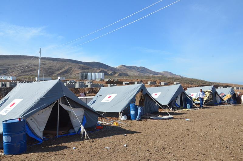 Una serie de tiendas de campaña donadas por el Gobierno del Japón a refugiados sirios en el campamento de Basirma, establecido en la provincia de Erbil, en la región septentrional del Iraq. © OIM 2014