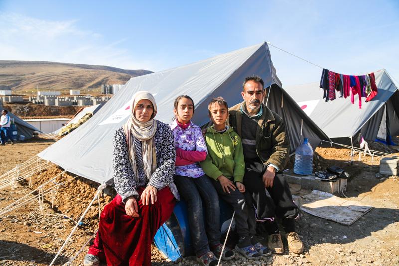 Khalil Ibrahim, de 48 años de edad, refugiado sirio proveniente de Aleppo y su familia fueron beneficiarios de las tiendas de campaña donadas por el Gobierno del Japón. © OIM 2014