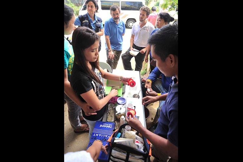 Una evacuada de Dulangan en Pilar, Capiz, se dedica a fabricar redes como fuente de ingresos para su familia. © Blue Motus 2013