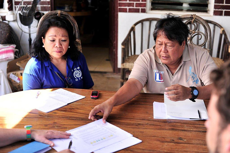 El personal de la OIM y AmeriCares evalúa la situación de las familias en un centro de evacuación en Pilar, Capiz. © Blue Motus 2013