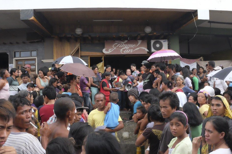 Distribución de artículos de primera necesidad a los sobrevivientes del tifón en Tacloban (Filipinas). © OIM 2013 (Fotografía de Leonard Doyle)