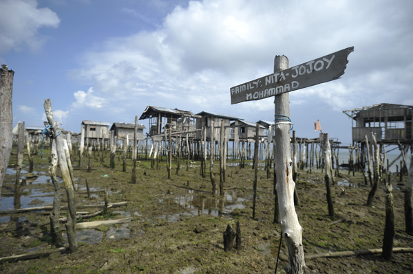 A sea of stilts is all that remains of the traditional wooden houses in the coastal areas of Rio Hondo and Mariki, where the MNLF were flushed out by the military in September 2013. © IOM 2014 (Photo by Alan Motus)