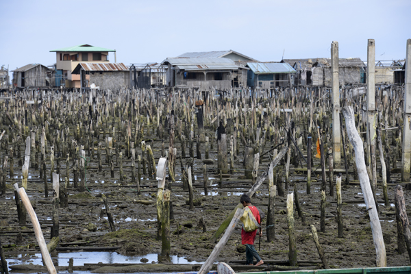 The stilted houses at Rio Hondo and Mariki used to be inhabited by Badjao families, a tribe indigenous to the southern Philippines who depend on the sea for their livelihood and wellbeing.  Other groups living in the area, including Tausug and Samal, were also displaced by the conflict. © IOM 2014 (Photo by Ray Leyesa)