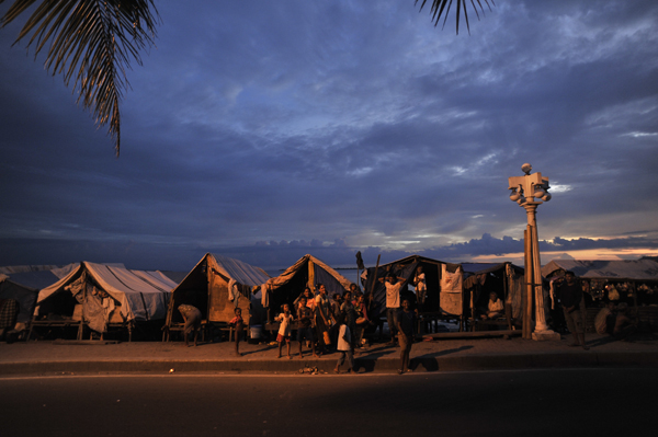 The narrow strip of shoreline at Cawa-Cawa, situated right next to a busy main road, suffered from overcrowding and safety issues.  At the peak last October, over 6,000 people were living there, all of whom have now been moved to safer transitional shelters.  © IOM 2014 (Photo by Alan Motus)