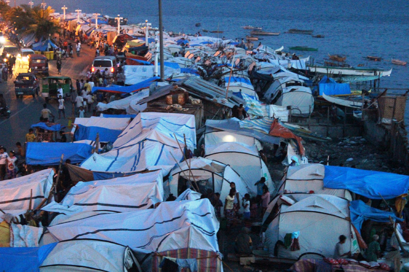 Displaced persons' camp on the Cawa Cawa seafront, Zamboanga at dusk. Thousands of people are still displaced from the clashes between the Philippines army and the Moro National Liberation Front in September. © IOM 2013 (Photo by Joe Lowry)