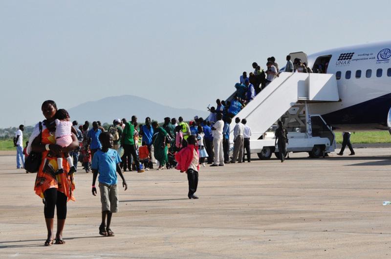 La OIM organizó la reubicación de 11.813 personas desamparadas tras su retorno, desde Kosti (Sudán) hasta Juba (Sudán del Sur).  En esta operación se emplearon 79 vuelos, operados a lo largo de 24 días, y se hicieron de 2 a 4 rotaciones diarias.  Una vez de regreso, se les trasladó a un centro de tránsito a 13 kilómetros de Juba. © OIM 2012