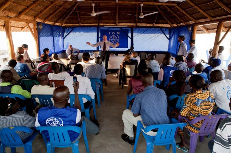 Durante su visita a Sudán del Sur, en febrero de 2012, el Director General de la OIM, William Lacy Swing, se dirige al personal en las instalaciones de la Organización. © OIM 2012 (Foto: Jasper Llanderal)