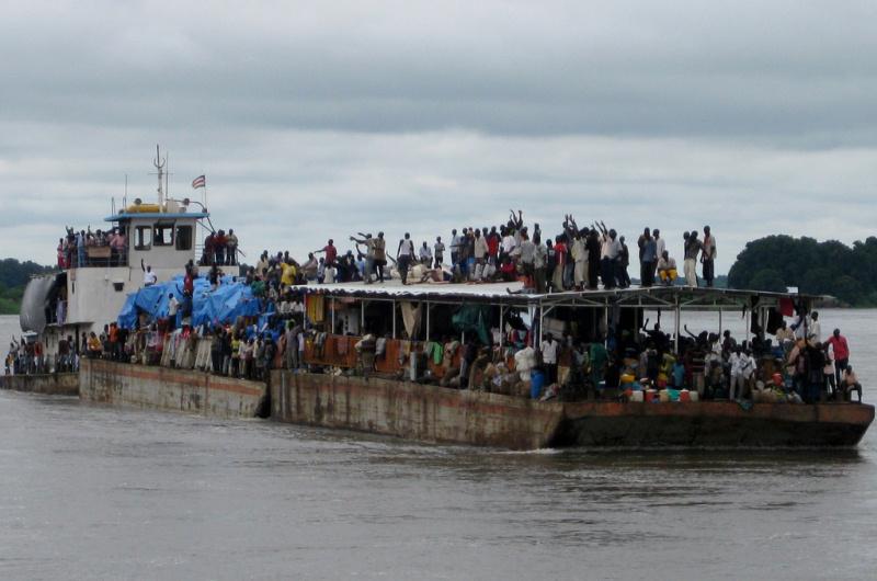 Llegada al puerto de Juba de una barcaza en la que viajan personas retornadas de Kosti.  La OIM brinda asistencia para el traslado a sus destinos finales a personas vulnerables y desamparadas retornadas a Sudán del Sur.  Durante el primer año de la independencia de este país, 48.967 retornados se beneficiaron de dicha ayuda.  De ellos, 10.964 viajaron en barcazas, si bien la OIM organiza traslados por tierra, mar y aire. © OIM 2011