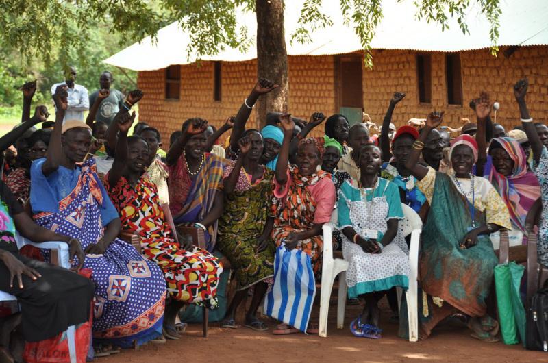 """Excombatientes gritan: """"¡Sudán del Sur! ¡Sudán del Sur!"""", en señal de solidaridad, con motivo del Día de desarme, desmovilización y reintegración celebrado en Mapel, en junio de 2012. © OIM 2011"""