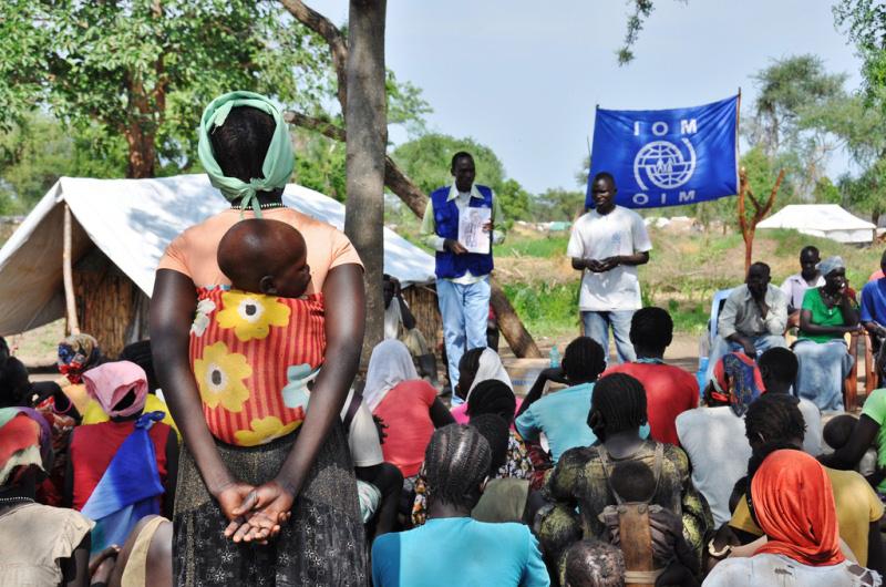 Jornada de fomento de la higiene llevada a cabo por la OIM en una aldea del campamento para refugiados de Doro.  La Organización forma y emplea a los refugiados, quienes actúan de promotores de la higiene y movilizadores comunitarios en el campamento. © OIM 2011