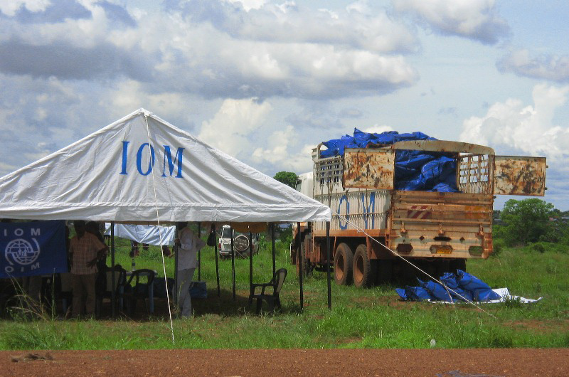 IOM teams setup communal shelters to receive returnees at the newly established transit site in the South Sudan capital of Juba. Over the past two weeks, the Organization has provided return assistance to 5,000 stranded returnees. © IOM 2012 (Photo by Lana Oh)