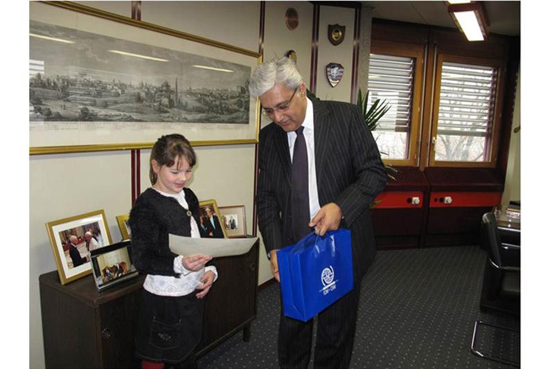 Ovais hace entrega del certificado y el premio a Marie de  8 años
