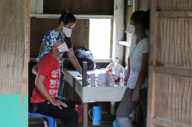Desde que se diagnostica la tuberculosis multirresistente, el paciente debe seguir dos años de tratamiento. En la imagen, Im, enfermera de la OIM, y DeeDee, su intérprete, observan cómo un paciente ingiere los medicamentos necesarios para su cura. © OIM 2012