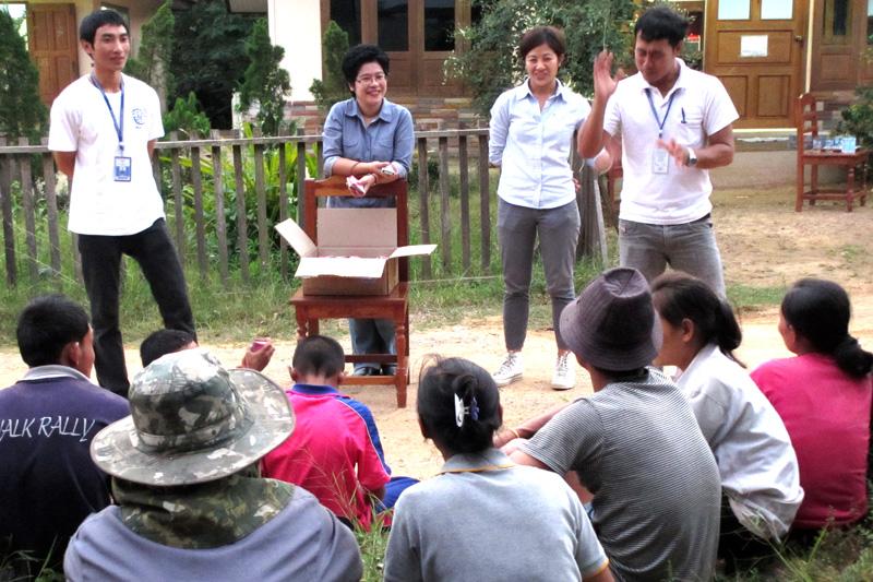 IOM Thailand project coordinator, Warin Choomsai Na Ayudhaya (center) at a malaria workshop at Mae Hong Son. © IOM 2014