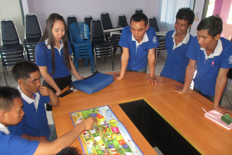 A board game that contains descriptions of the disease, prevention, diagnosis and treatment helps increase awareness. © IOM 2014