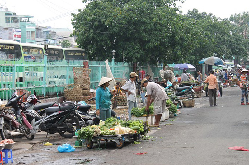 Some migrants eke out an existence by recycling household rubbish, while others work in street markets, where they make around USD 150 per month. © IOM 2012
