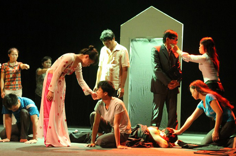 "A group of migrants, with the backing of IOM, and CSAGA (a Vietnamese NGO) performs ""Inviting myself to hope"", a fusion between classical theatre and abstract rhythmic dance elements, to tell authentic stories from their own lives as survivors of domestic violence. © IOM 2012"
