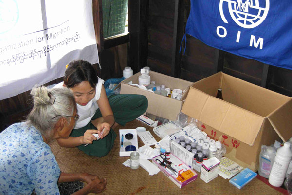 PROVIDING CLEAR PRESCRIPTIONS. A member of an IOM mobile medical team carefully explains to an elderly patient the specifics of the medicine that she needs. © IOM 2008 - MMM00055