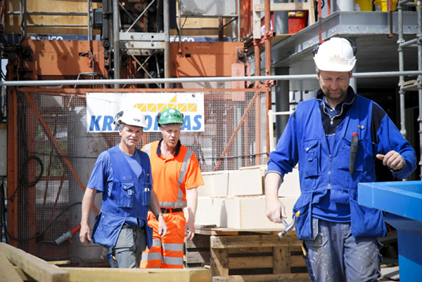 Polish migrant workers at a construction site. This IOM project aims to empower Polish construction workers in Norway by providing them with accurate information about their rights and duties as employees in the country. © IOM 2007