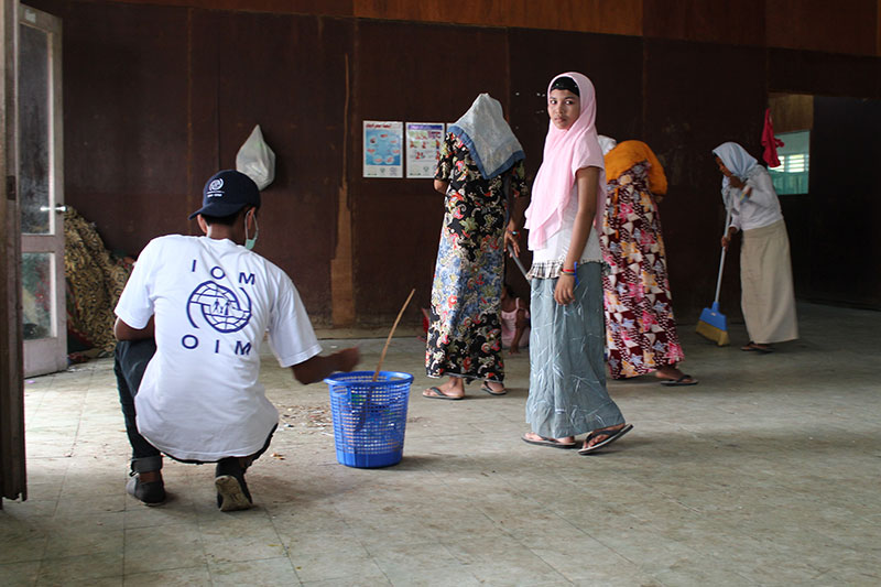 IOM and local government staff cleaning up public areas at the Aceh Timor camp for recently arrived migrants from Bangladesh and Myanmar. © IOM/Joe Lowry 2015