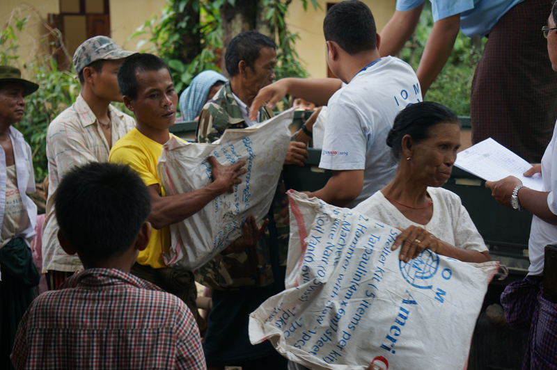 IOM staff distributing shelter kits to the flood affected people in Kayin State (3 Aug). © IOM 2015
