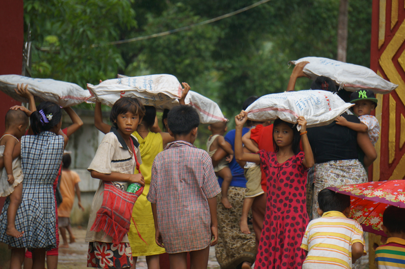 Young children carrying IOM shelter kits in Kayin State (3 Aug). © IOM 2015