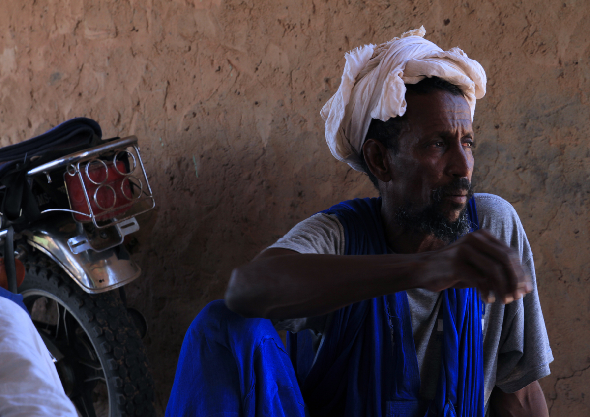 IOM staff meets with village chiefs from Wakhdaf in southeast Mauritania to discuss IOM interventions in the region. Photo: IOM/F.Giordani