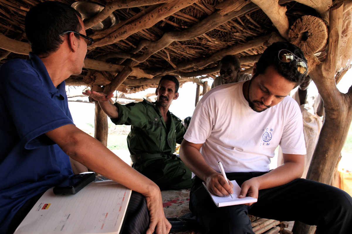 A villager speaking with an IOM Mauritania staff in El Baid, Southeast Mauritania.  Photo: IOM/F.Giordani