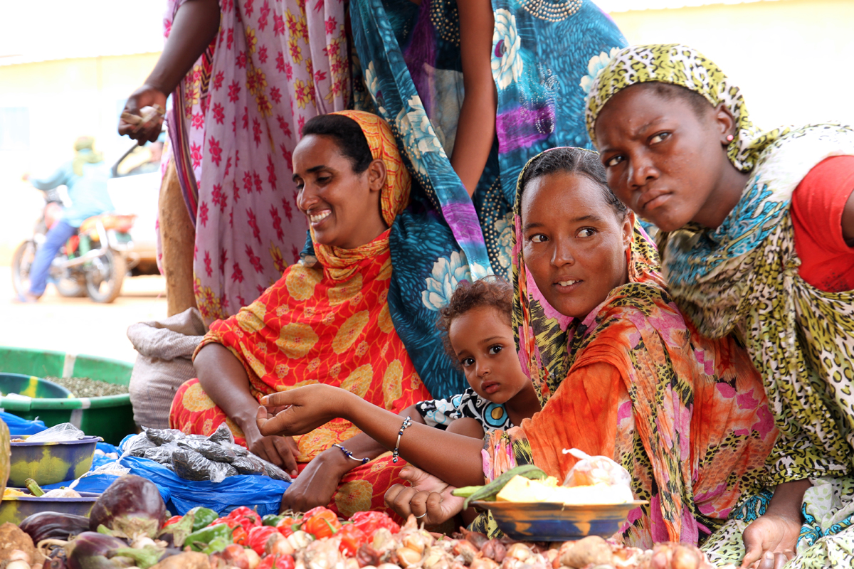 A market day for Malian refugees living in the M'Béra Refugee Camp in southeast Mauritania.  Photo: IOM/F.Giordani