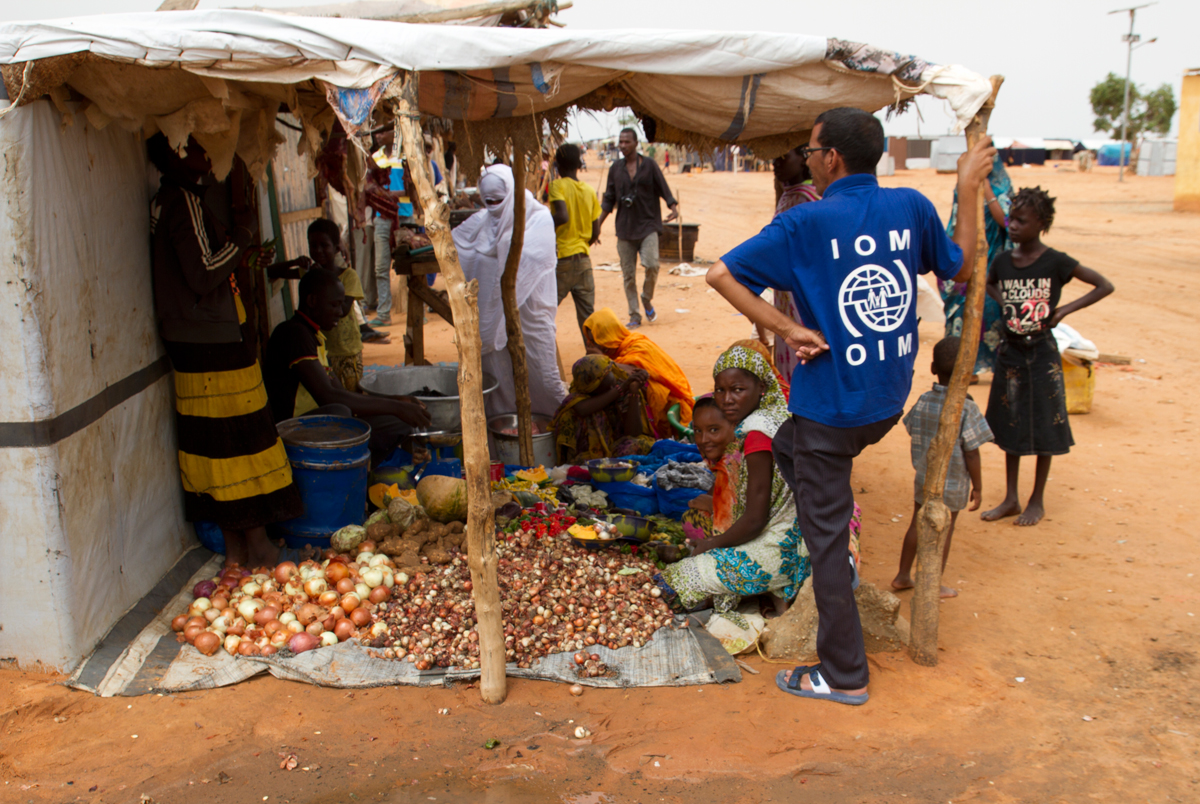 A market day for Malian refugees living in the M'Béra Refugee Camp in southeast Mauritania. IOM visits women farmers.  Photo: IOM/F.Giordani
