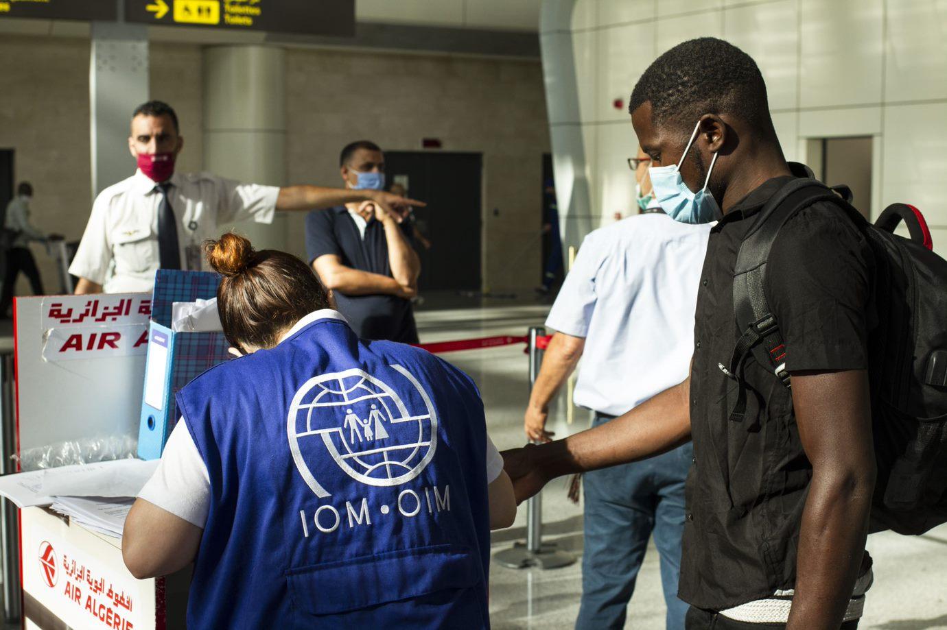 En medio de la pandemia de COVID-19 la OIM facilita el retorno de 84  migrantes desde Argelia a Mali | Organización Internacional para las  Migraciones