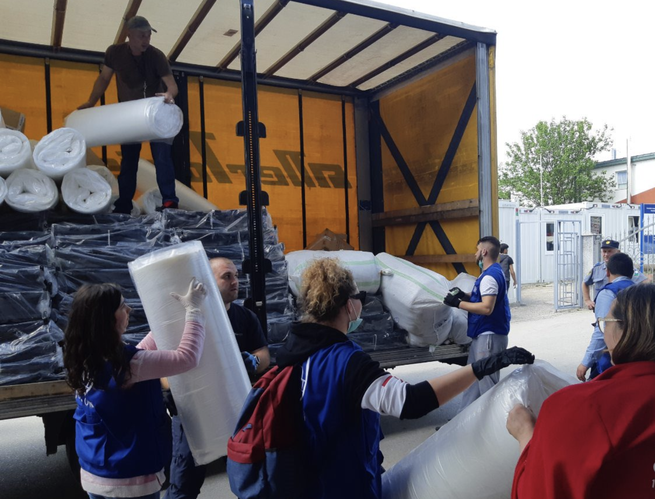 f113a61e623167 IOM staff race to prepare tents to serve as temporary accommodation for  fire-affected migrants in Velika Kladusa, Bosnia. Photo: IOM
