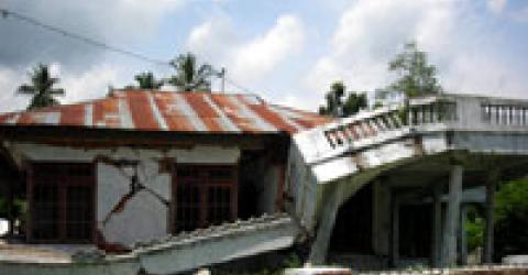 Many homes have been damaged by the earthquake. © IOM 2007.