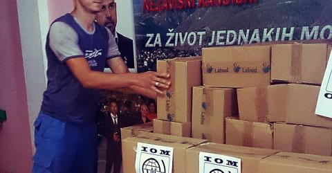 IOM distributes emergency hygiene kits to 120 Roma families affected by flooding in Bosnia and Herzegovina since the middle of May. © IOM 2014